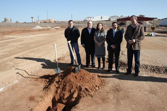 Acto de colocación de la primera piedra en la zona que albergará nuevos monumentos funerarios.