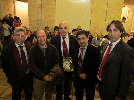 Francisco Reyes, flanqueado por los dos autores del libro, y acompañado también por los dos editores.