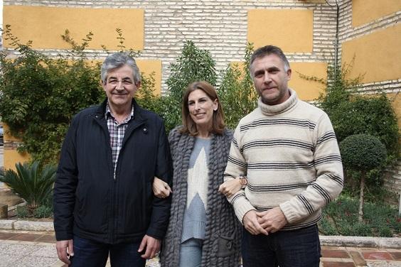 La concejala de Cultura, Delia Gómez, junto a los ilusionistas de Andújar Mago Miguel y  Mago Kino.