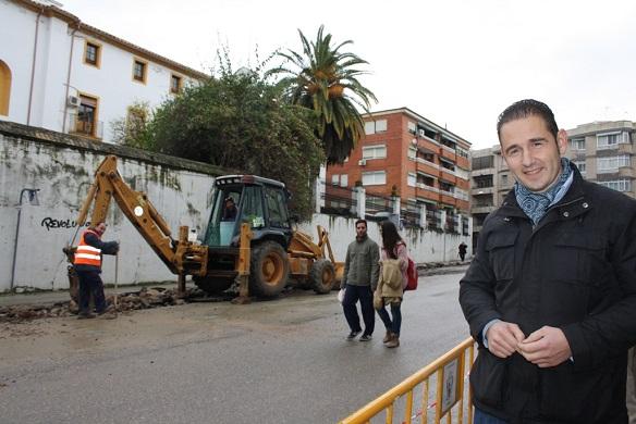 El concejal de Servicios e Infraestructuras Urbanas, Félix Caler, junto a las citadas obras.