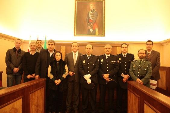 El primer teniente de alcalde, Francisco Carmona, junto a Miguel Soria y demás asistentes.