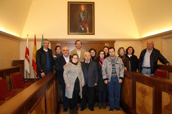 ·El alcalde de Andújar, Jesús Estrella, junto a Vicente Oya y demás asistentes.