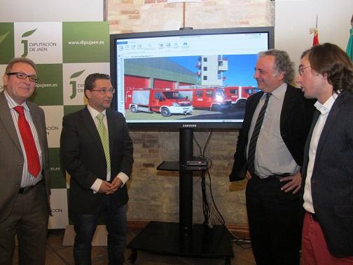 En el centro Francisco Huertas junto a Oriol Ibañez y otros responsables de la empresa que ha diseñado el programa para la gestión de los parques de bomberos.