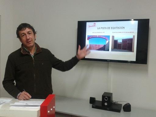El concejal socialista Paco Plaza, en rueda de prensa.