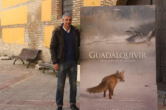 El concejal de Medio Ambiente, Pedro Alcántara, posa junto al Cartel de la película.