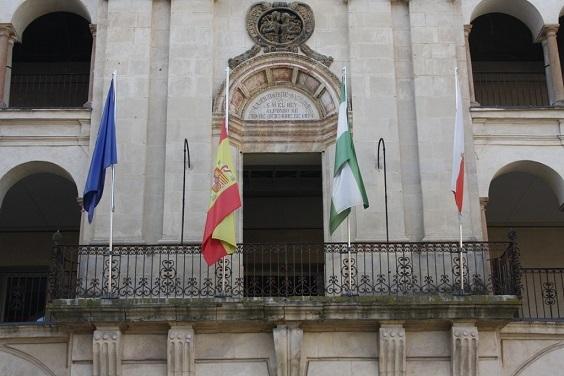 La bandera nacional ondea a media asta en el Ayuntamiento de Andújar.