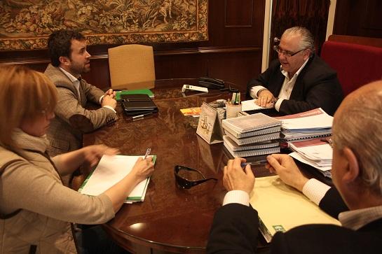 El alcalde de Andújar, Jesús Estrella, y el delegado provincial de Medio Ambiente, Julio Millán, en esta reunión.
