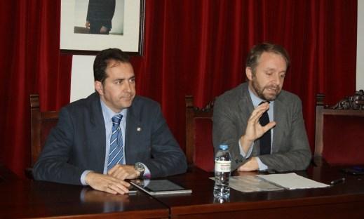 Los abogados Javier Hermoso e Ildefonso Gómez durante la charla.