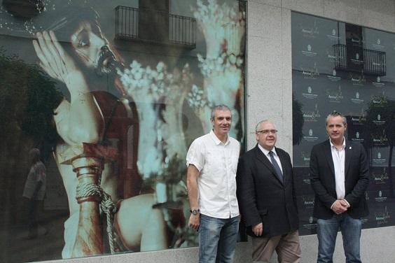 El alcalde de Andújar, Jesús Estrella, y los concejales ante uno de los escaparates.