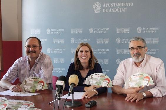 La concejala de Cultura, Delia Gómez, el presidente de la Peña, Miguel Cano, y el miembro del colectivo, José Andrés Anguita.