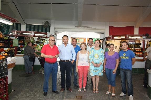 Autoridades locales en la Plaza de Abastos de Andújar.