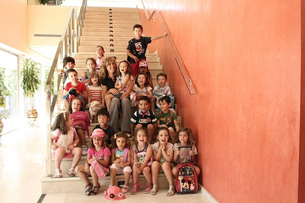 La concejala de Mujer e Igualdad y Educación, Rosa María Fernández de Moya, junto a un grupo de niños.