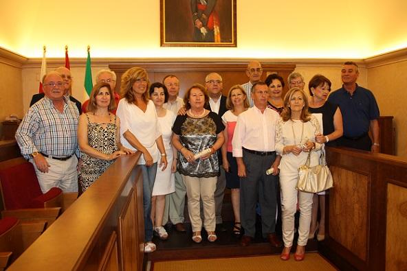 El alcalde de Andújar, Jesús Estrella, junto con Rosa María Fernández de Moya, y los profesores homenajeados.