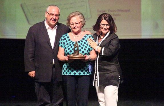 El alcalde de Andújar, Jesús Estrella, y la concejala, Lola Martín, entregan un premio.
