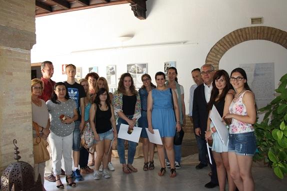 El alcalde de Andújar, Jesús Estrella, junto a los jóvenes participantes.