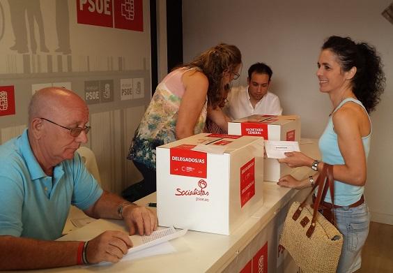 Una militante del PSOE de Andújar ejerce su derecho al voto.