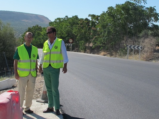Juan Antonio Sáez, delegado territorial de Fomento y Vivienda, en la carretera A-306.