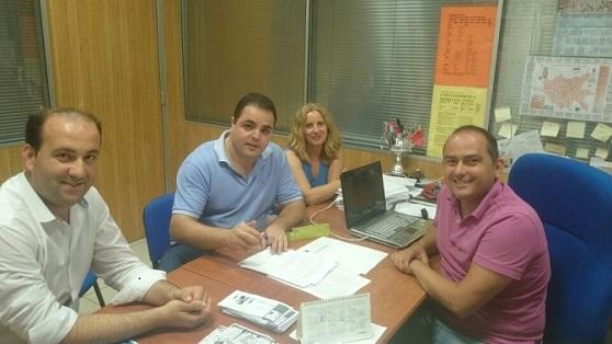 El coordinador provincial del IAJ, Víctor Torres, en la firma de un convenio.