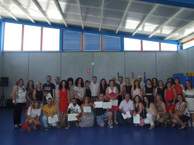 Yolanda Caballero junto a los alumnos del taller.