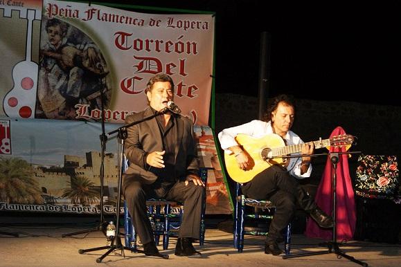 José Menese durante su actuación en Lopera.