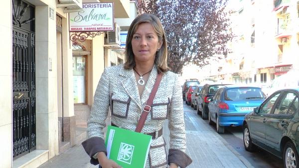 La portavoz andalucista, Encarna Camacho, en la calle Emperador Adriano, de Andújar.