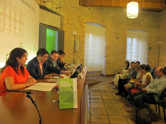 Ángeles Férriz, Francisco Reyes, Antonio Padilla y Carlos Asenjo presentan una guía que ayudará a empresas jiennenses del sector de la madera a ser más competitivas.