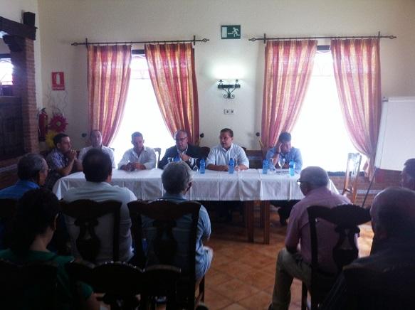 Francisco Huertas, junto al alcalde de Andújar, han asistido a la presentación proyecto de saneamiento a los vecinos.