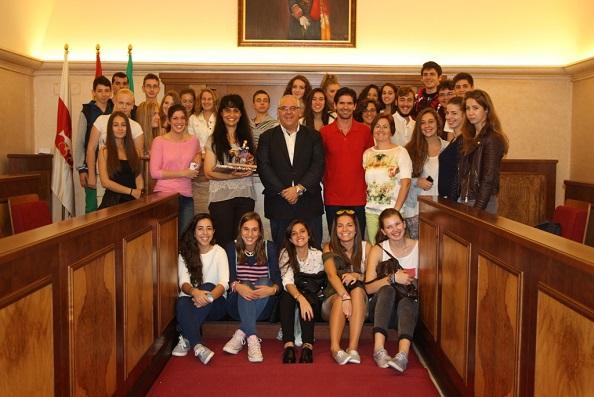 El alcalde de Andújar, Jesús Estrella, junto a los escolares de Hungría.
