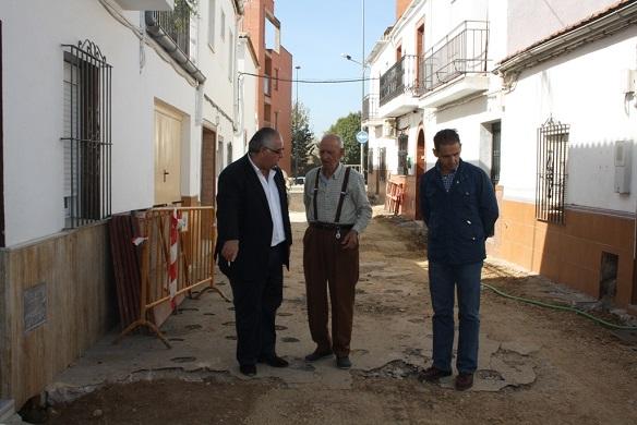 El alcalde de Andújar, Jesús Estrella, conversa con vecinos del Barrio Montañés.