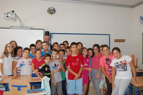 El concejal del área de Desarrollo Local, Joaquín Luque, junto a los niños de primaria.