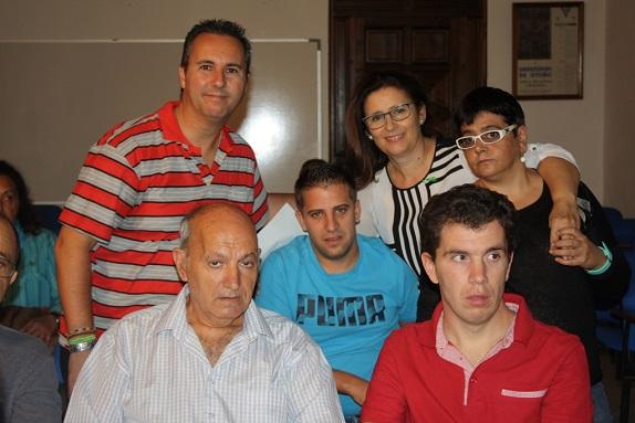 La concejala de Familia Salud y Servicios Sociales, Lola Martín, junto a algunos enfermos.