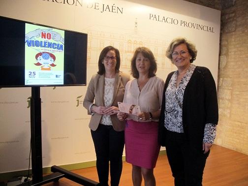 Francisca Molina, María del Mar Shaw y Adoración Quesada junto al cartel del Día Internacional contra la Violencia de Género.