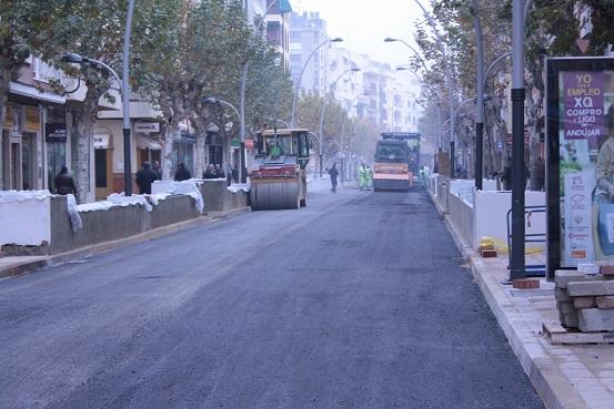 Trabajos de asfaltado en la calle Corredera de Capuchinos, de Andújar.