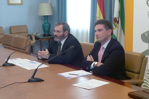 El subdelegado del Gobierno, Juan Lillo, acompañado por el jefe provincial de Tráfico, Juan Diego Ramírez.