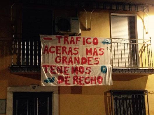 Una de las pancartas instaladas en las fachadas de las viviendas de esta calle.