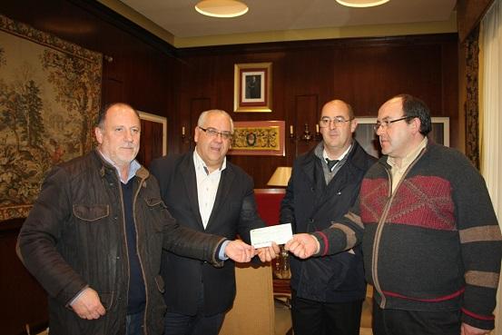 El alcalde de Andújar, Jesús Estrella, recibe el talón bancario de manos de Eduardo Muñoz.