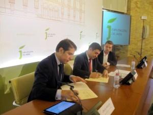 Óscar Martín y Francisco Reyes firman el nuevo convenio para el servicio de reciclaje.