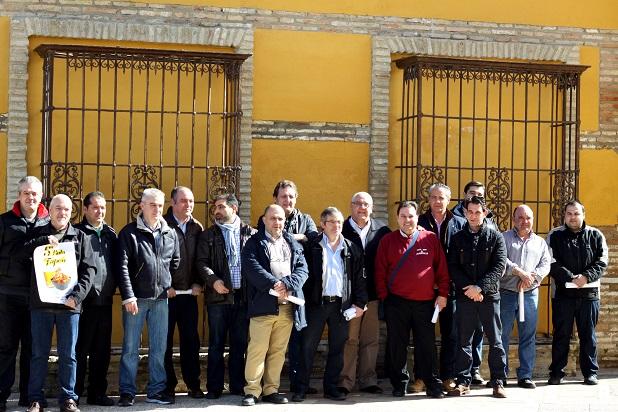 El alcalde de Andújar, Jesús Estrella, y el concejal de Desarrollo Local, con responsables de los establecimientos participantes.
