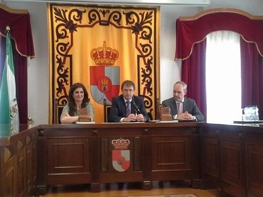 Yolanda Caballero, Blas Alves y José Regife firman la cesión de los terrenos.