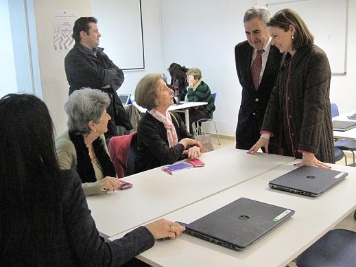 La delegada territorial de Economía, Innovación, Ciencia y Empleo, Ana Cobo, en la visita al centro de la Cruz Roja.