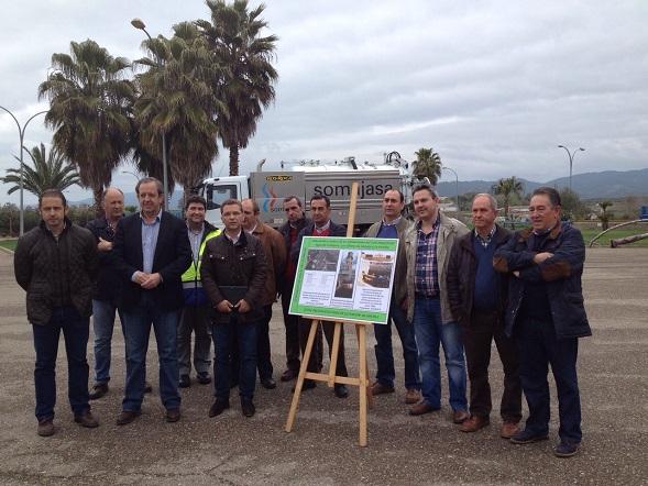 Paco Huertas, en el centro, junto al cartel explicativo del proyecto de mejora de instalaciones en varias pedanías iliturgitanas.
