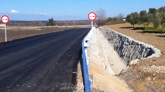 Nuevo firme en la carretera entre Villanueva de la Reina y Lahiguera.