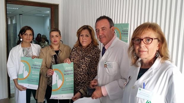 Beatriz Martín, Ángeles Jiménez y algunos médicos enseñan los carteles de la campaña.