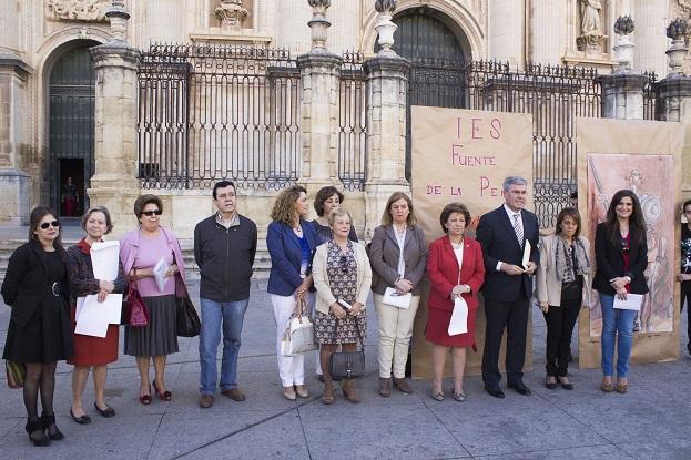 Autoridades junto a las personas que participaron en la lectura del Quijote.