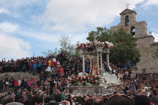 La Virgen de la Cabeza recorrió en procesión los aledaños del Santuario. Foto: Ayuntamiento de Andújar.