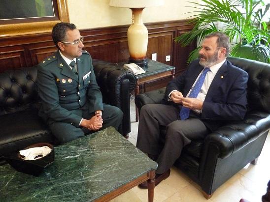 El subdelegado del Gobierno, Juan Lillo, ha recibido al teniente coronel de la Guardia Civil, Luis Ortega Carmona.