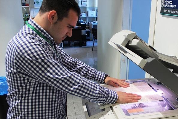 Jóvenes de Andújar digitalizan documentos en el Archivo Municipal.