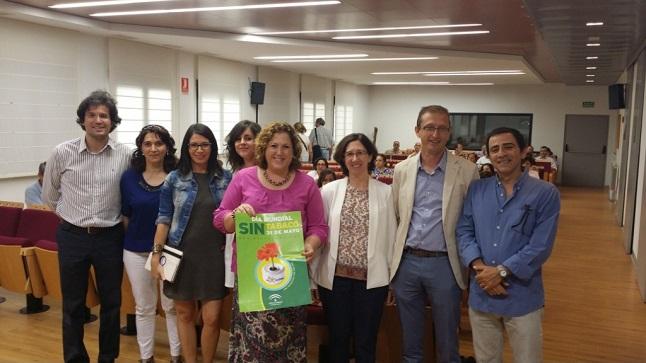 La delegada territorial de Igualdad, Salud y Políticas Sociales, Ángeles Jiménez, asistió a esta jornada sobre el tabaquismo.