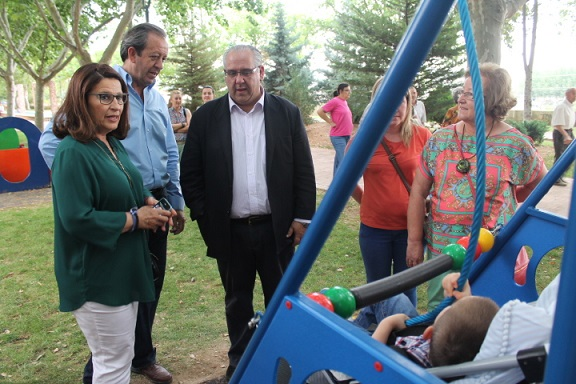 El alcalde de Andújar, Jesús Estrella, y la concejala de Familia, Salud y Servicios Sociales visitaron el Parque de las Vistillas.