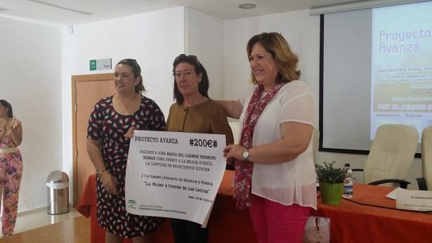La delegada territorial de Igualdad, Salud y Políticas Sociales, Ángeles Jiménez, acompañada de la coordinadora del IAM en Jaén, Beatriz Martín, en la entrega de premios.